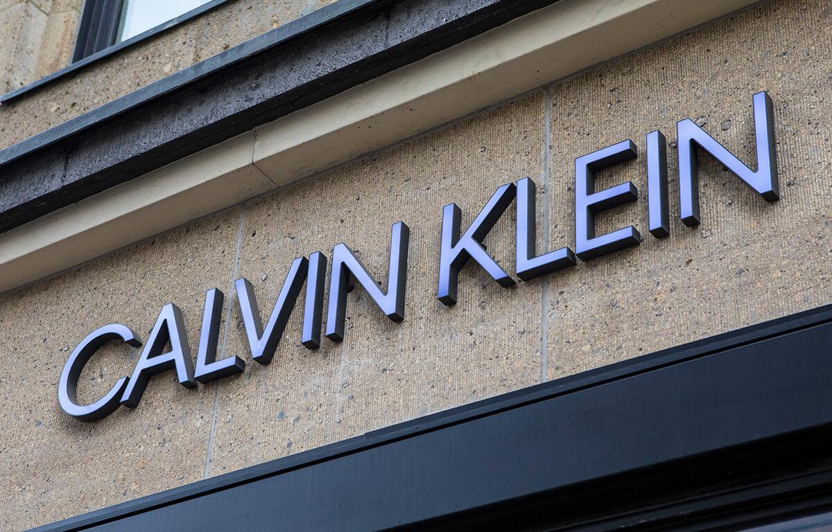 A Calvin Klein márka nemcsak stílusos ruházatot, de divatos kiegészítőket is gyárt