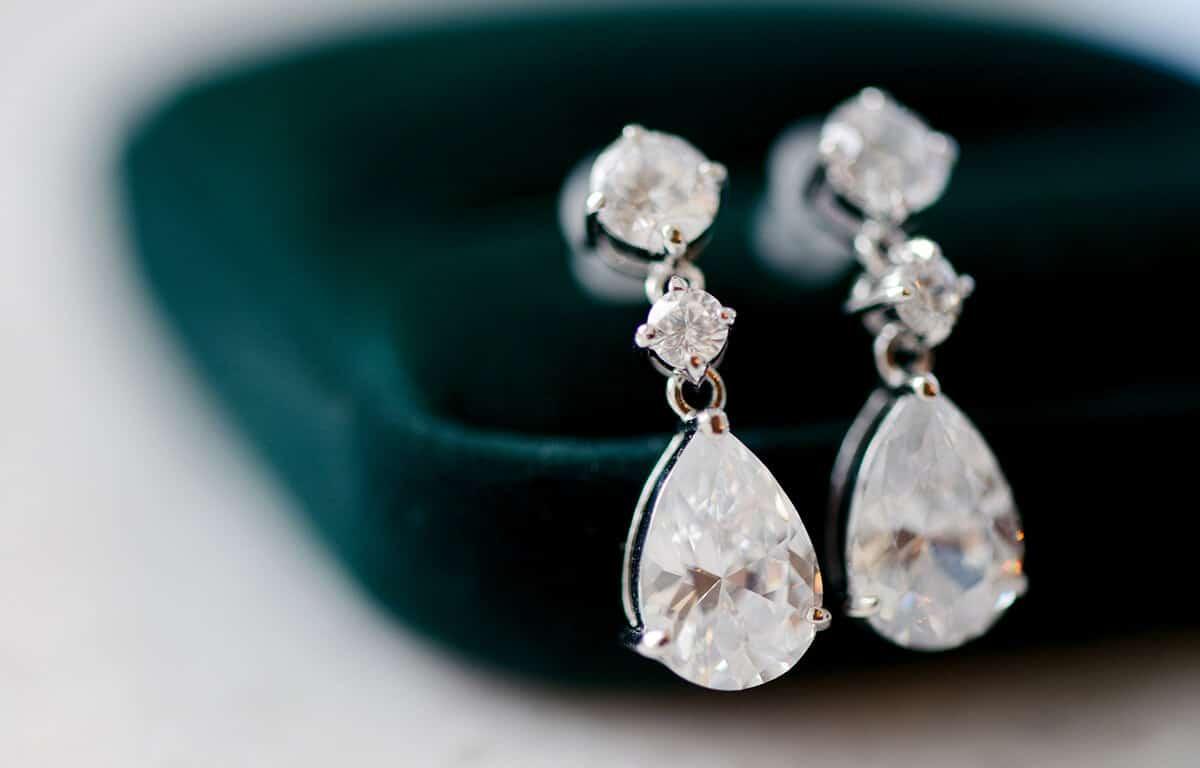 Függő esküvői fülbevaló? Válasszon az arctípusa szerint
